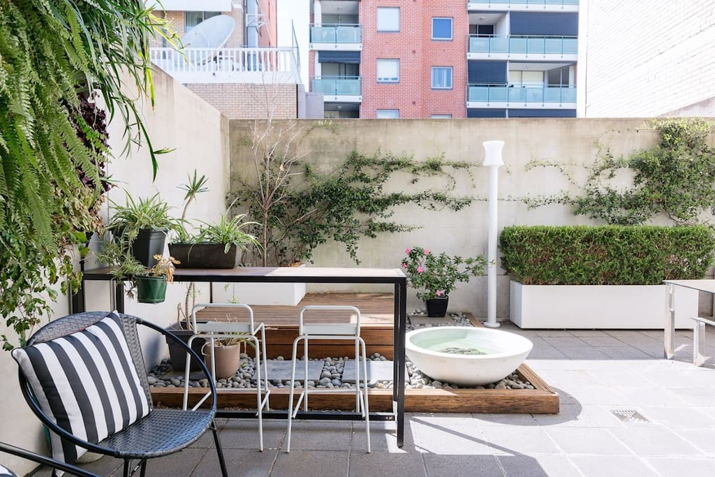 Green Courtyard with Breakfast Bar & Water Feature