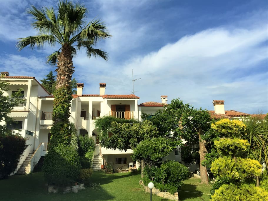 The maisonette is located in a lush green garden / Η μεζονέτα βρίσκεται σε έναν πανέμορφο οικισμό με πλούσιο πράσινο.