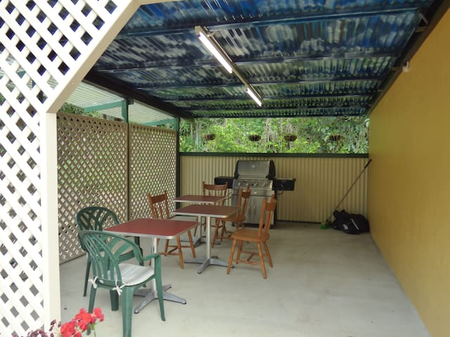 Private unit (3) walking distance to Lake Eacham - Lake Eacham - Bed & Breakfast