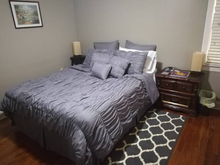 Large bedroom & Private bath in Mid City home