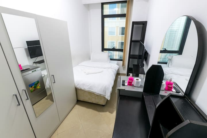 Fancy Single Room in Dubai Marina for one Man.