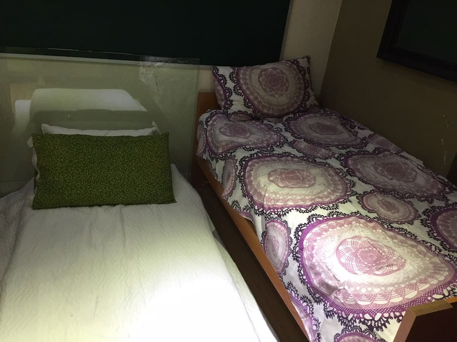 1 single bed, and one floor mattress