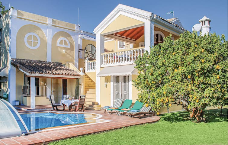 Holiday cottage with 6 bedrooms on 220m² in Marbella