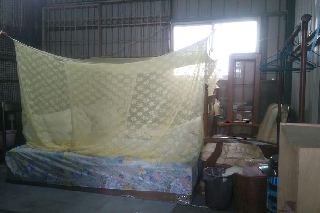 為了散熱,所以空間非完全密閉,因此有蚊帳設備。