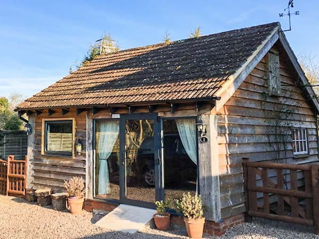 THE PHEASANT'S NEST, pet friendly in Welland, Ref 931535
