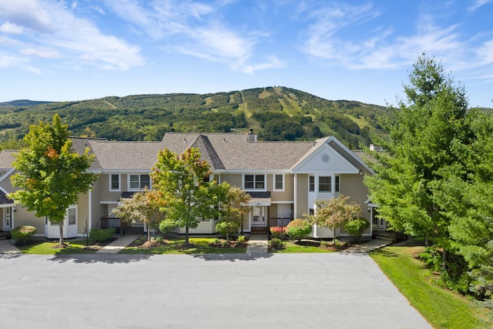 Summit View Townhouse, 1mi to Mt Snow w/Fireplace!