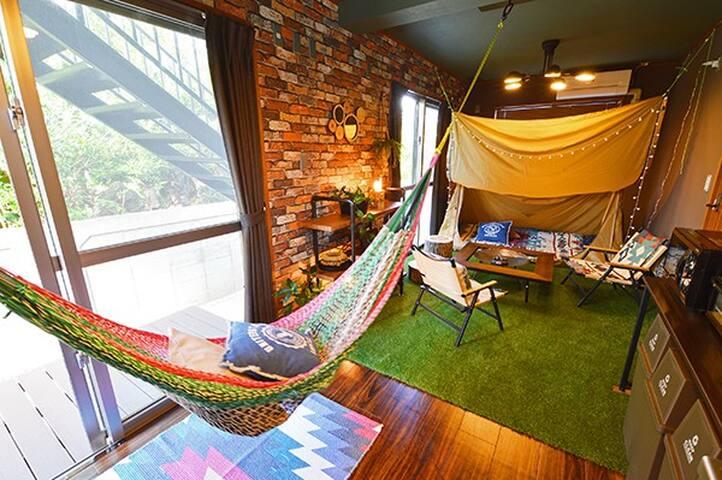 室内でキャンプ気分♫リノベーションでおしゃれなコンドミニアム★駐車場2台あり★ビーチまで徒歩10分