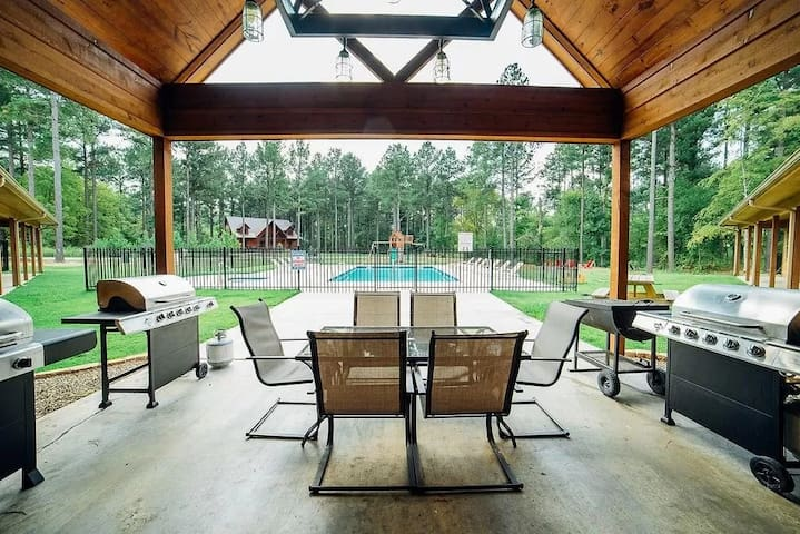 Private Pool 8 Bedroom Luxury Lodge - Big Timber Lodge Loaded with Amenities and lodging for 48 GUEST!