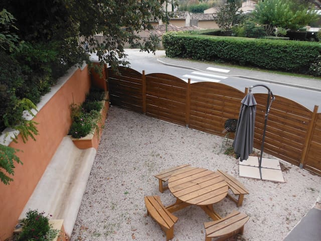 "APPARTEMENT ""LE ROMARIN"", classé 3* - Vue jardin."