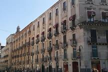 Il palazzo che ospita la casa dei colori al primo piano. Affaccio dell'appartamento su via Etnea.
