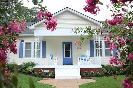 Vintage Southern Comfort Cottage - Brenham - Bed & Breakfast