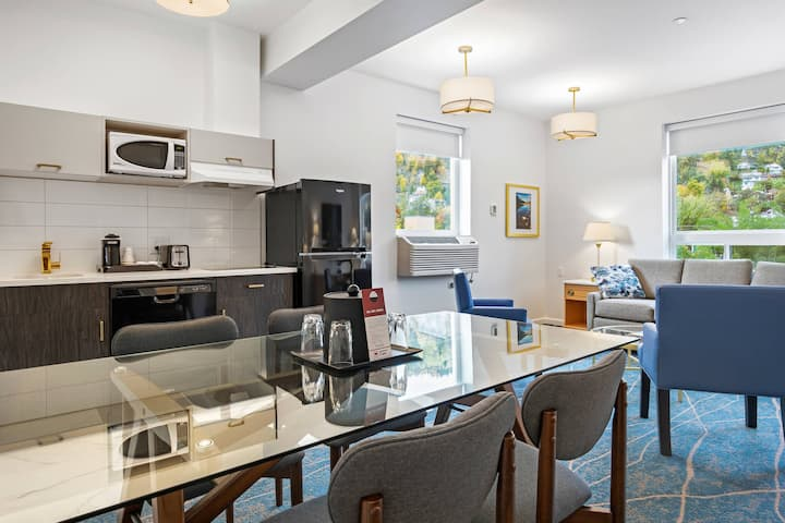 Crown Columbia Royal Riverside Suite