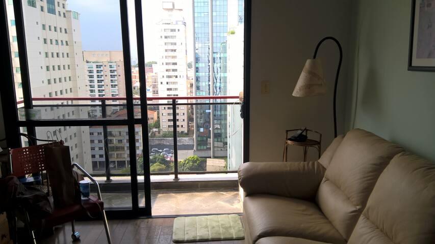 Flat em Pinheiros com terraço e serviços