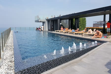 Nice location.rooftop pool.The base condo.한국인운영 - Pattaya City - Kondominium