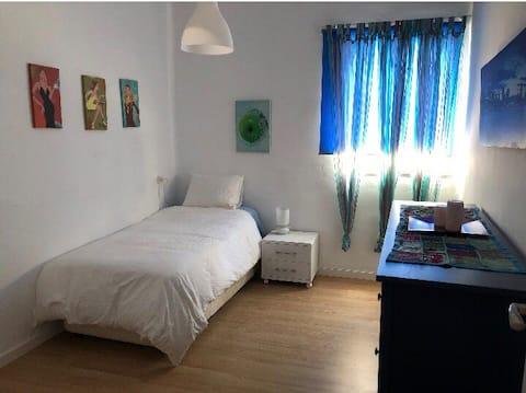 Habitación muy amplia , tranquila y luminosa