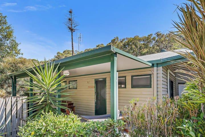 Fish's Shack : 3 bedrooms, 1 bathroom, 100m to wonderful Home Beach, sleeps 8