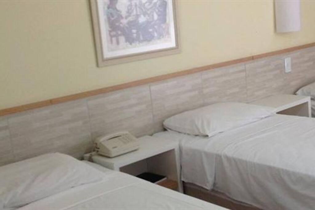 Quarto com 3 camas de solteiro