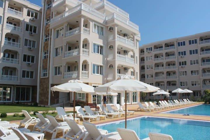 Светлые апартаменты с видом на море и бассейном