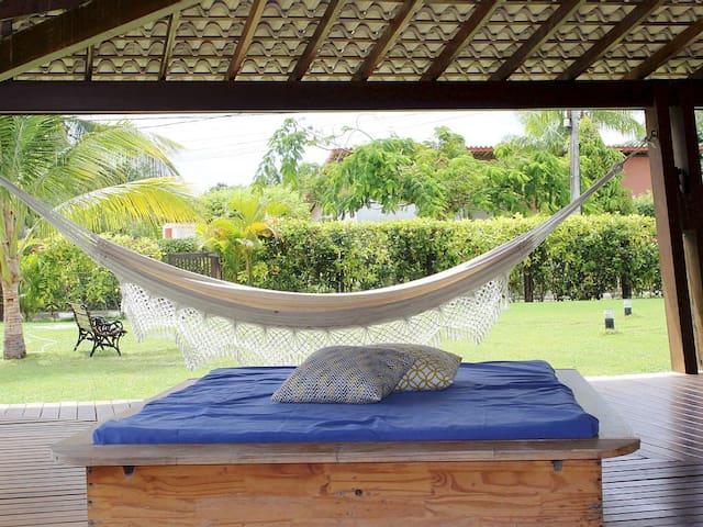 Relaxe sentindo a brisa constante numa das redes , camas japonesas ou no banco do jardim...