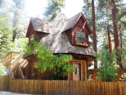 Fairytale Cabin with Gas Fireplace, Pets OK!
