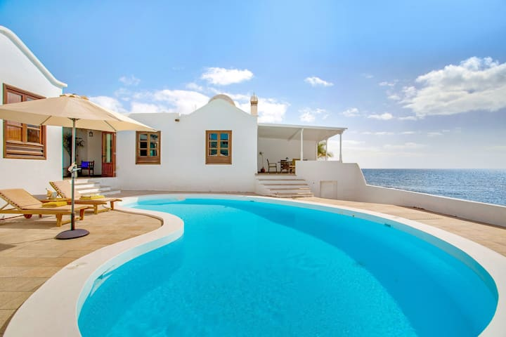 Spectacular Villa el Pescador with Wi-Fi, Terraces and Pool