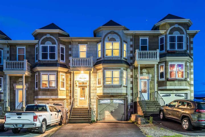 Oceanview and Cozy 4-bedroom Townhouse