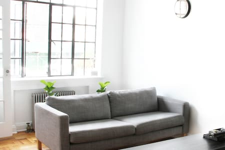 Entire Brooklyn Townhouse with Free Parking - Бруклин