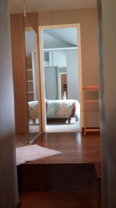 entrée sur votre salle de bains suivie de votre chambre