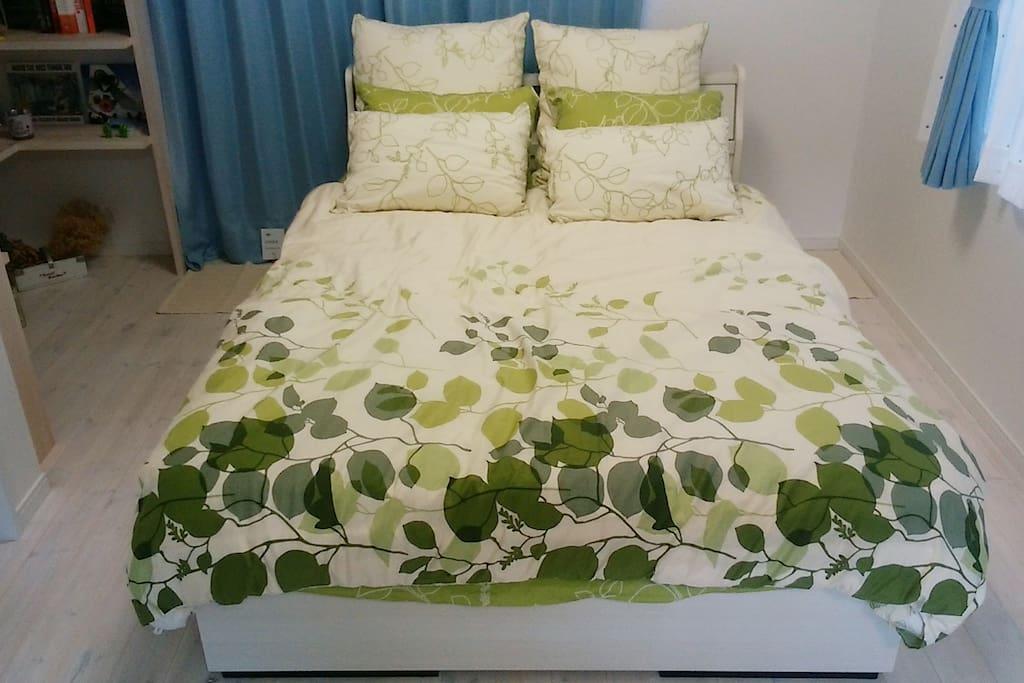 心地よいダブルベッドで良い夢を。 Sweet dreams on this comfortable double bed.