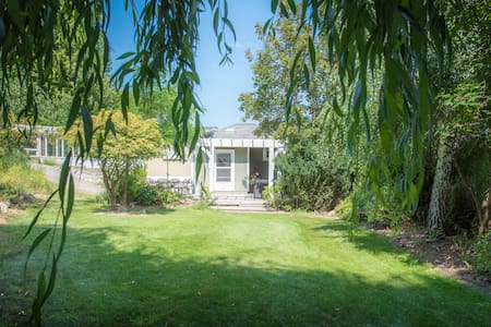 Private Cottage surrounded by vineyards - Penticton