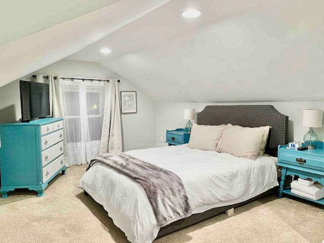Comfy top floor suite in Northside