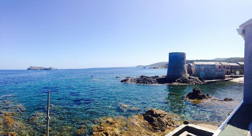 Maison pieds dans l'eau au bout du Cap Corse