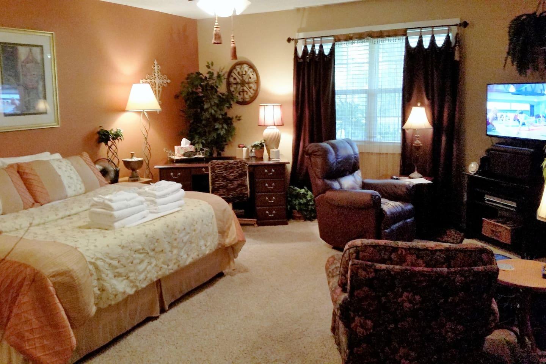 Bedroom 1 - Master suite with king Tempurpedic mattress