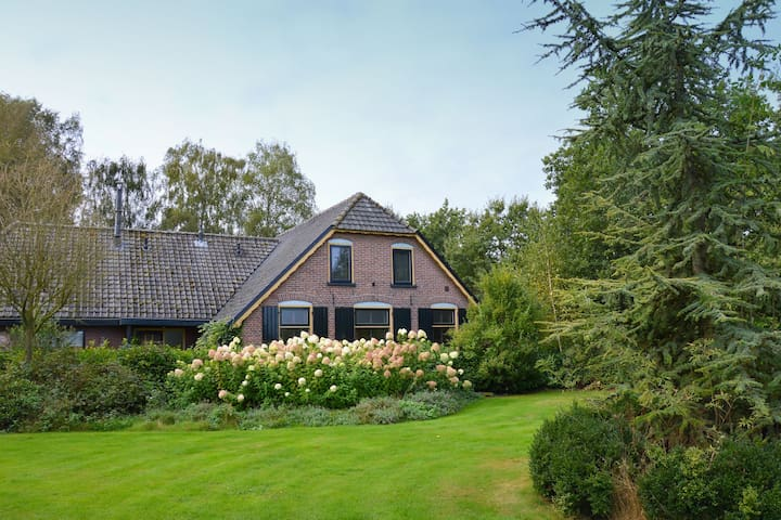 Farm on the Veluwe with eat-in kitchen, guesthouse and 3 bathrooms.