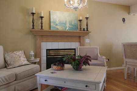 Bright Private Bedroom - close to mountains - Calgary - Bed & Breakfast