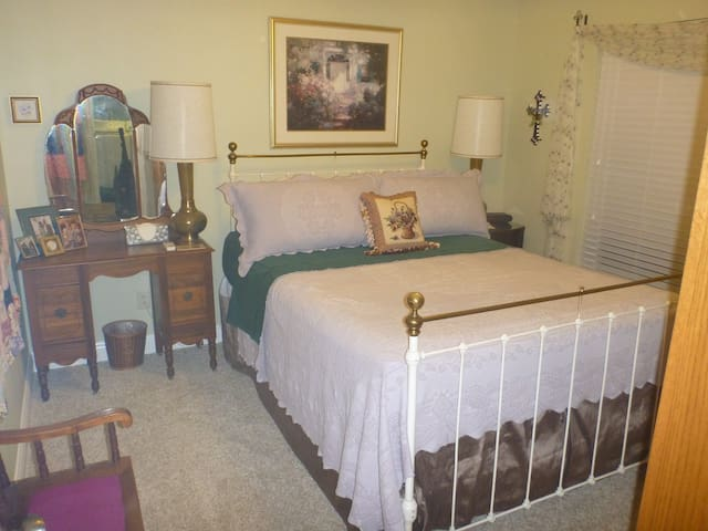 Bedroom has a Queen size Simmons Beautyrest w/ 7 pillow choices.