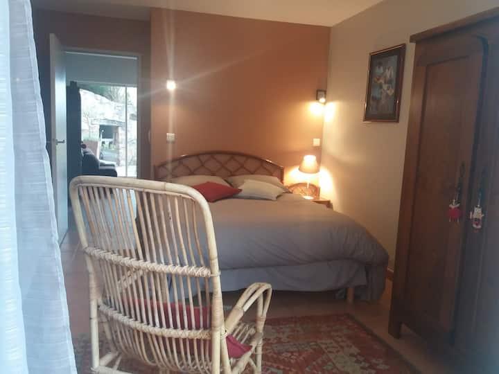 RODEZ:Chambre,SdB/WC, petit salon,terrasse,parking