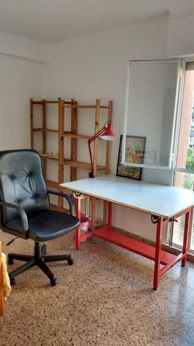 Mesa de trabajo en la habitación o puede ser reemplazado por un escritorio