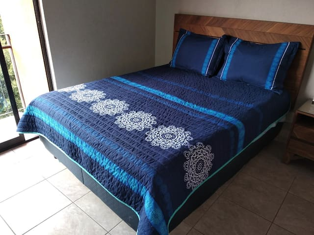 Room2,Private/Queen bed, Ideal travelers/Couples