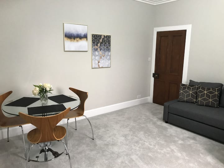 Central, Spacious & Homely flat with free parking