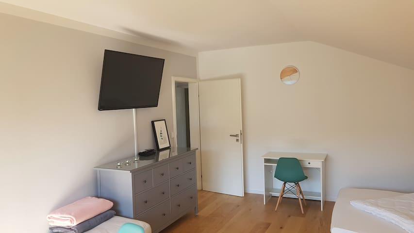 Fernseher und kleiner Arbeitsplatz im Wohnzimmer