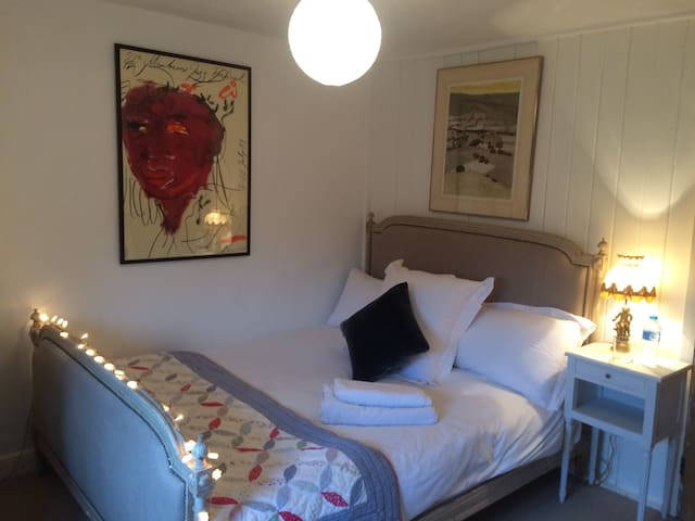 King Size Bed in Classic English Village