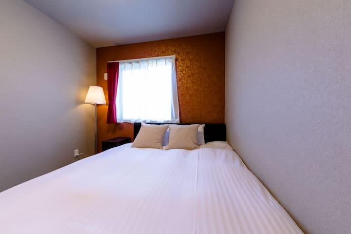 寝室3:クイーンベッド1台、全米3台ベッドメーカーSerta(サータ)社のマットレスを使用しています。