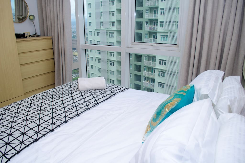 Queen size bed with gorgeous city view