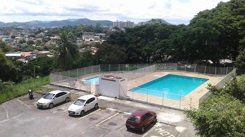 Apartamento confortável com 2 quartos e piscina, próximo ao BarraShopping, praia da Barra da Tijuca e do Parque Olímpico.