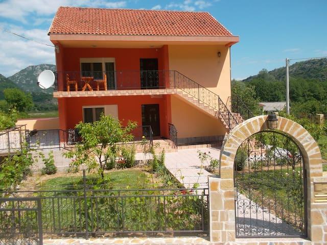 Apartman Andrija liegt 1 km von Virpazar entfernt - Virpazar - Flat