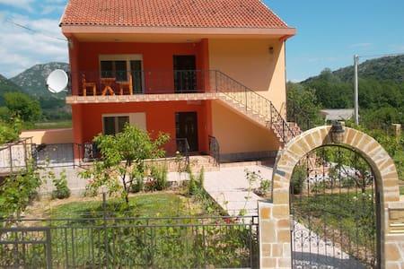 Apartman Andrija liegt 1 km von Virpazar entfernt - Lejlighed