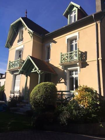 Magnifique maison anglaise, idéalement située - Pau - Hus