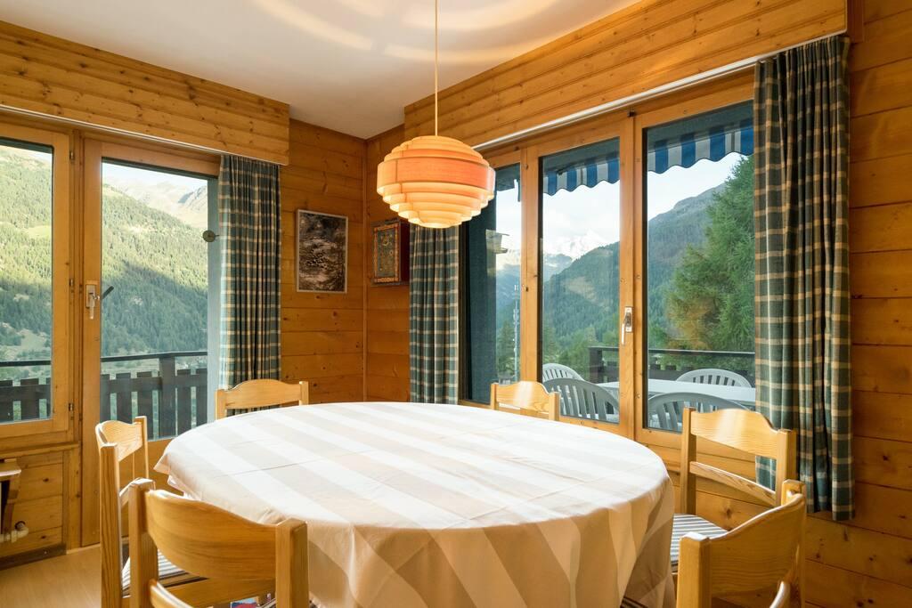 Côté salle à manger avec magnifique vue sur les montagnes