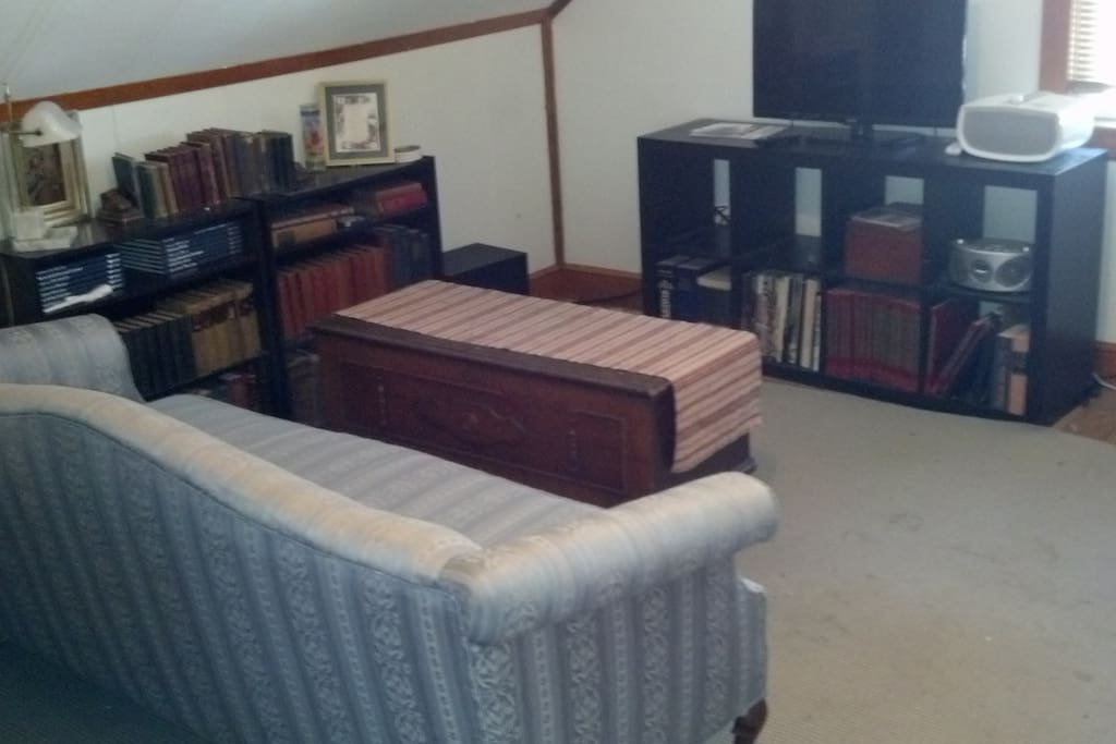 """Sitting area in room with 32"""" flatscreen LED TV"""